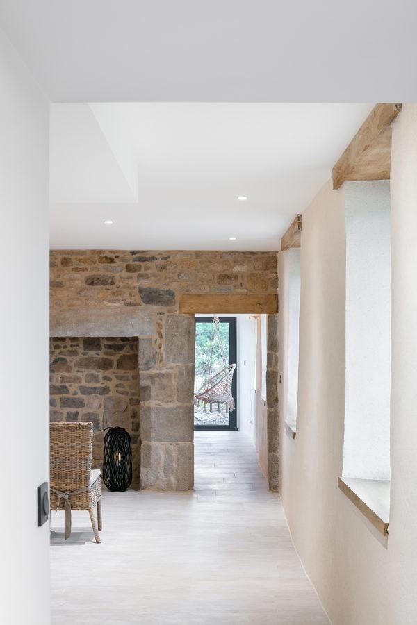Intérieur maison blanc bois pierre