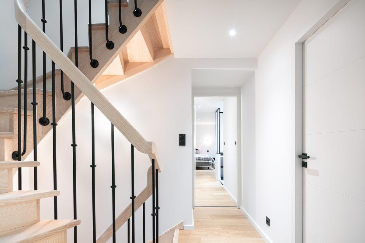 Escalier en bois et couloir