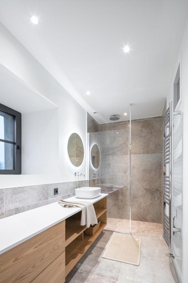 Salle de bain moderne bois et blanc