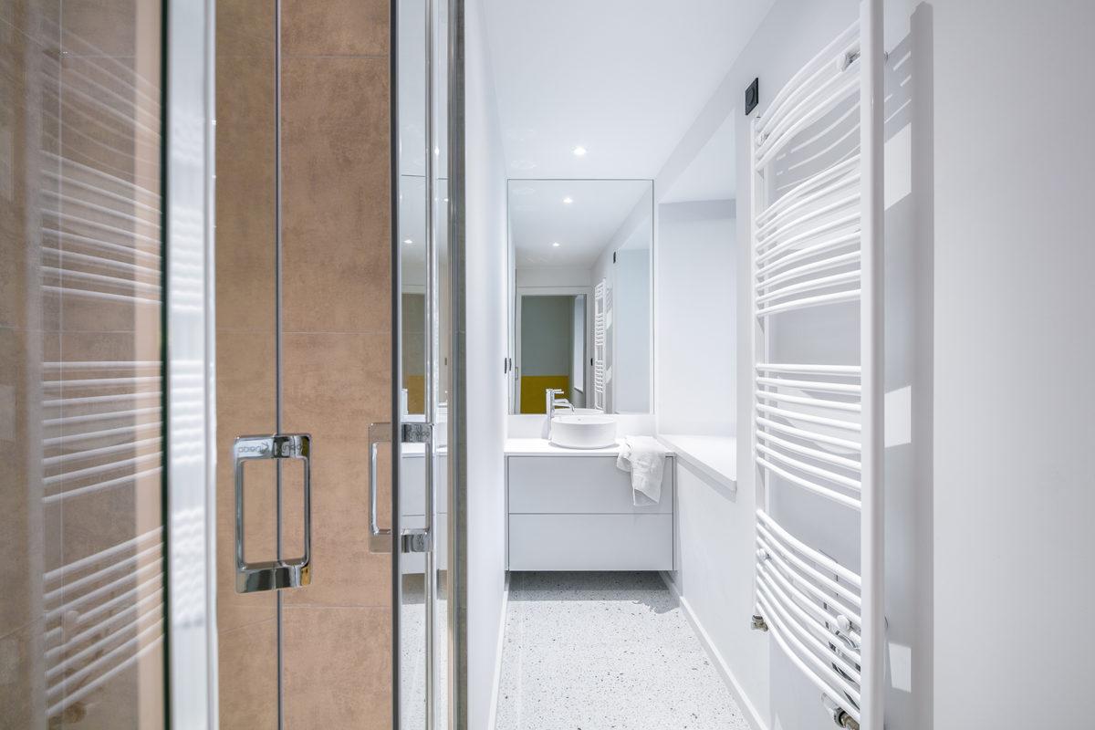 Design salle de bain blanc marron