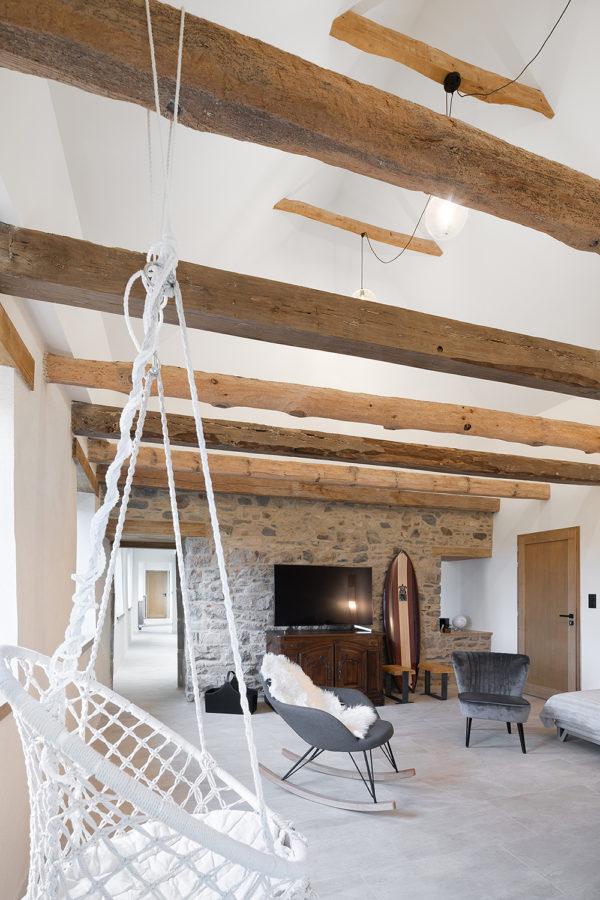Intérieur pierres, bois et blanc