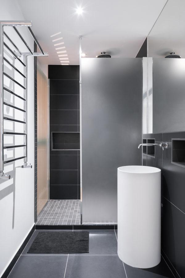 Salle de bain moderne noir et blanc