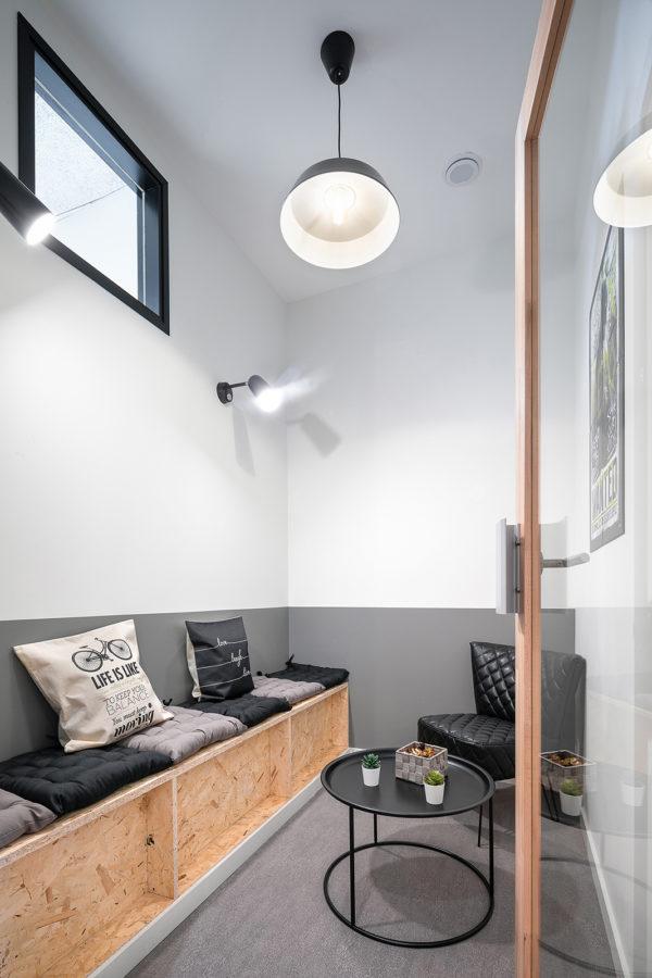 Espace de coworking bois blanc gris noir