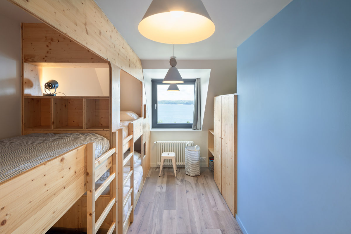 Chambre bleu, blanc, bois