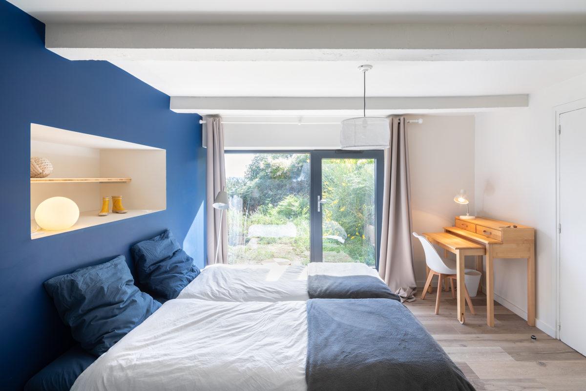 Chambre bleu, blanc, bois à Trébeurden