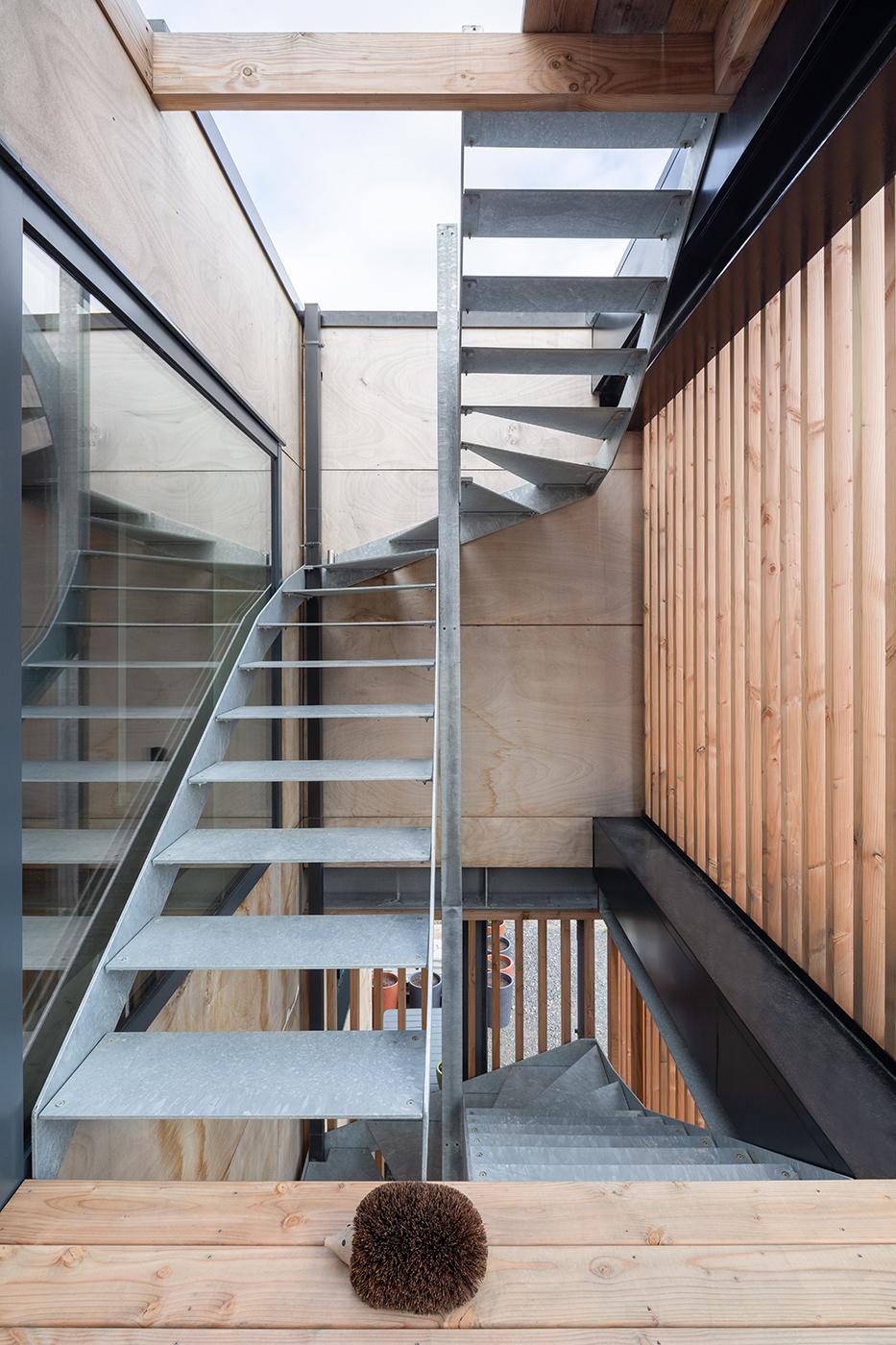maison sur pilotis, escalier métallique